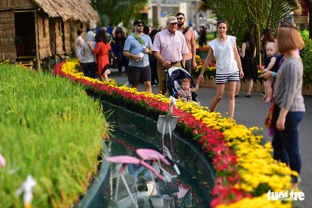 A group of foreigners enjoy their time at the flower show in Phu My Hung. Photo: Tuoi Tre