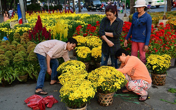 Customers buy flowers at a market in Ho Chi Minh City. Photo: Tuoi Tre