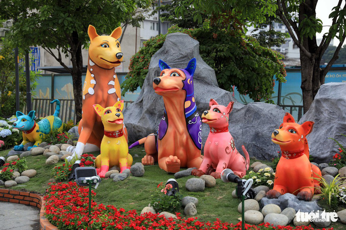 Dog is the main theme of the flower street this year. Photo: Tuoi Tre