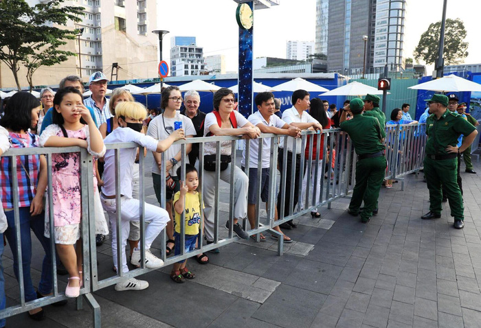 People are seen at the Nguyen Hue Flower Street before the opening ceremony. Photo: Tuoi Tre