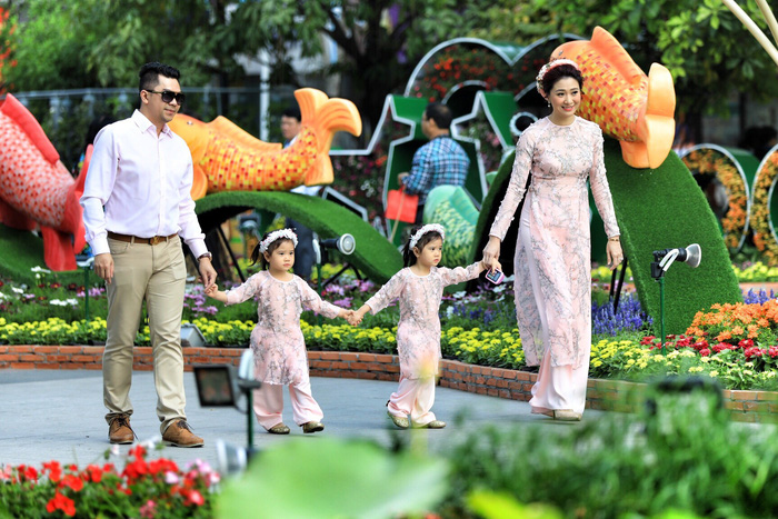 A family is seen at the flower street. Photo: Tuoi Tre