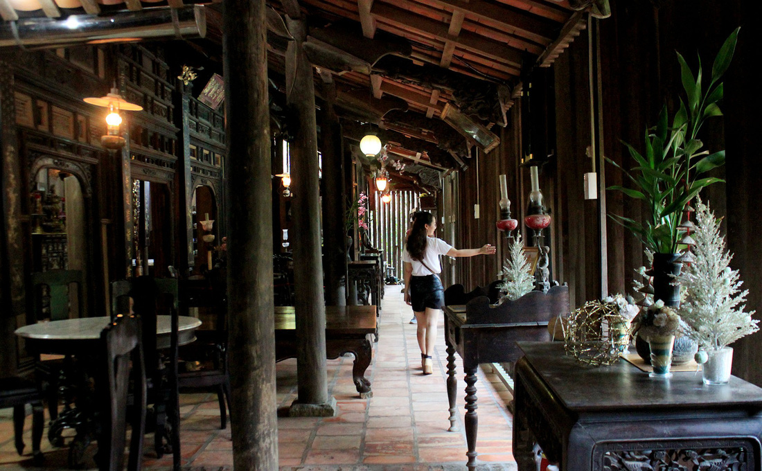 There are many pillars and poles made of expensive wood in Mr. Kiet's house. Photo: Tuoi Tre