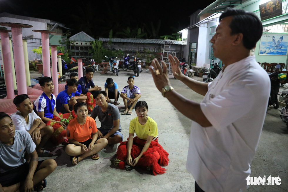 Luong An Duong, head of the Tu Anh Duong school, instructs his students before a training session. Photo: Tuoi Tre