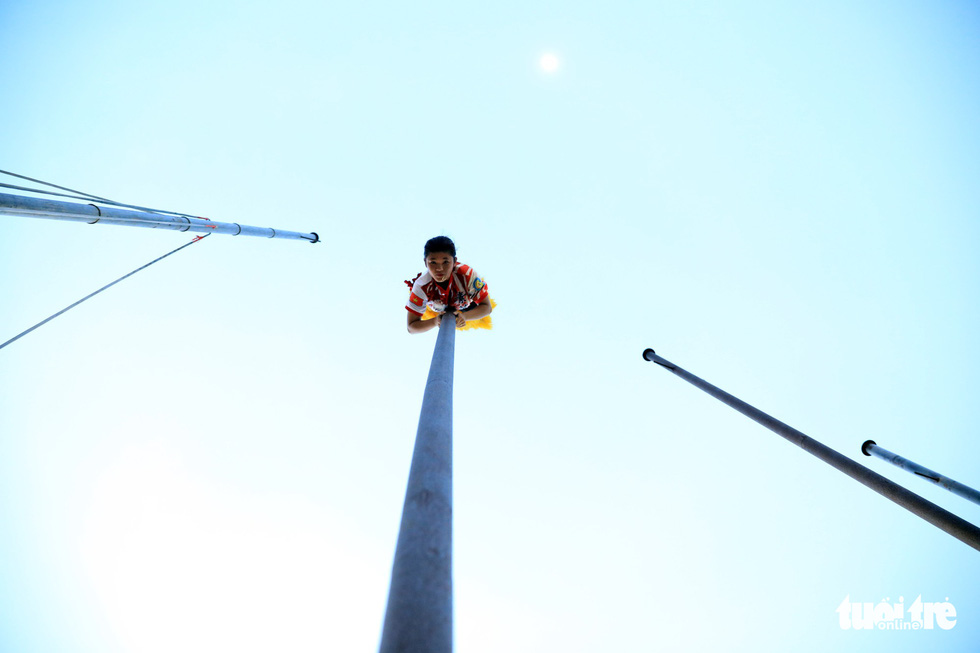 Vietnamese record holder Le Yen Quyen, 24, is pictured during her pole-climbing performance. Photo: Tuoi Tre