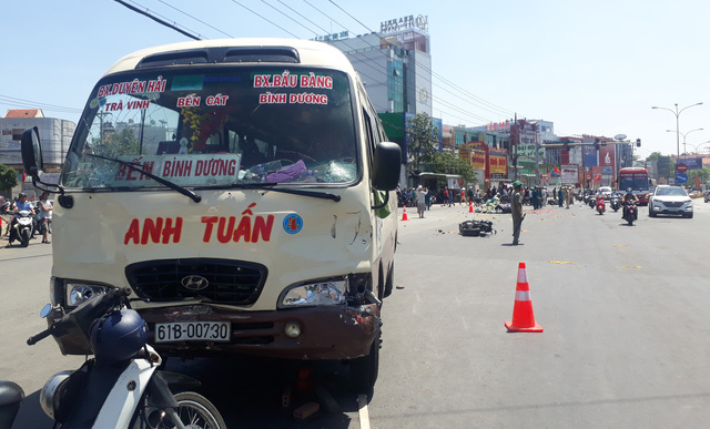 At least five hospitalized after minibus hits motorbikes at red light in Vietnam