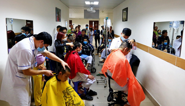 ​In Vietnam, doctors give free haircuts to cancer patients