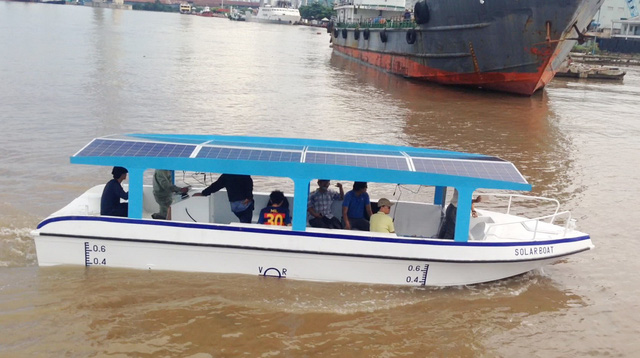 Vietnamese university lecturers make solar-electric boat