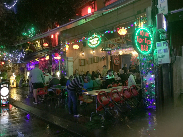 Hoi An bars, restaurants required to turn down music, close by midnight