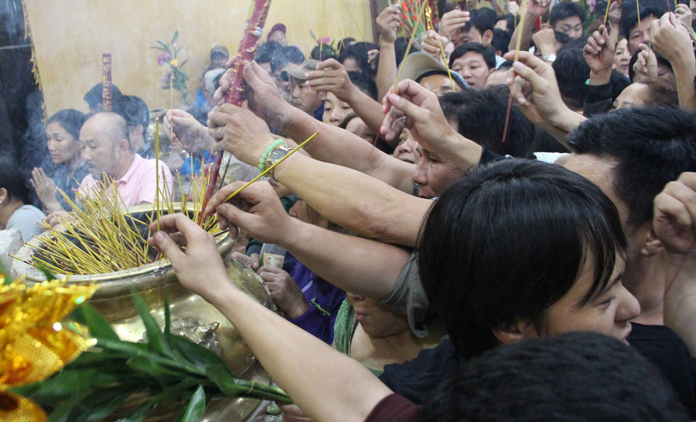 Vietnamese crowds pack temples tightly vying for holy fortune