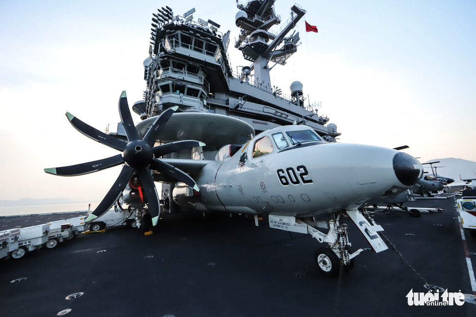 Besides fighter jets, electronic attack jets and tactical airborne early warning aircraft can also be found on board the USS Carl Vinson. Photo: Nguyen Khanh/Tuoi Tre