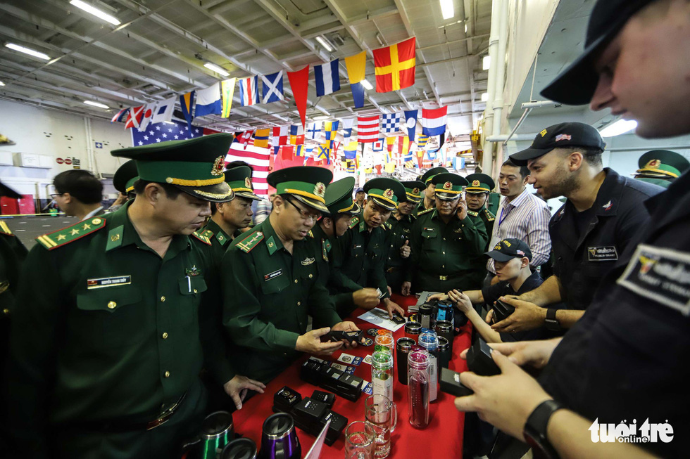 Vietnamese border soldiers buy souvenirs at a booth on board the USS Carl Vinson. Photo: Nguyen Khanh/Tuoi Tre