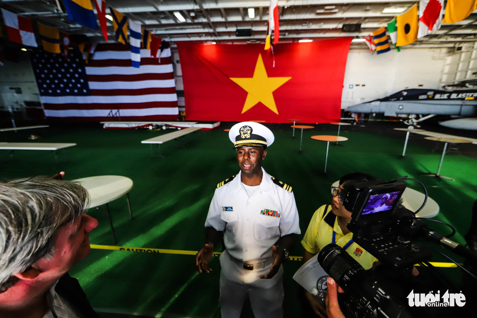 A U.S. soldier briefs Vietnamese journalists on some information about the USS Carl Vinson. Photo: Nguyen Khanh/Tuoi Tre