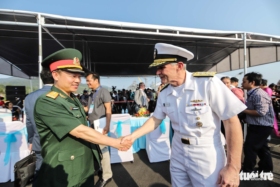 Nguyen Quang Vinh, deputy head of the foreign affair department under Vietnam's defense ministry, shakes hands with Vice Admiral Phillips G. Sawyer, commander of the U.S. 7th Fleet, at a reception at Tien Sa Port in Da Nang on March 5, 2018. Photo: Nguyen Khanh/Tuoi Tre