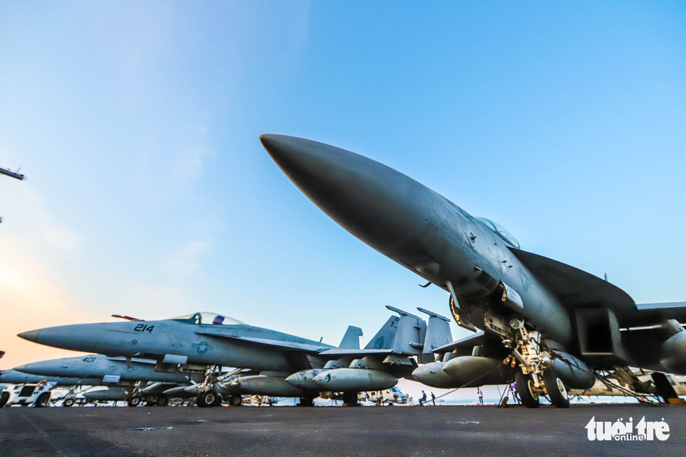Fighter jets line up on the deck of the USS Carl Vinson. The aircraft needs special techniques for takeoff and landing, given the short runway on the flight deck. Photo: Nguyen Khanh/Tuoi Tre