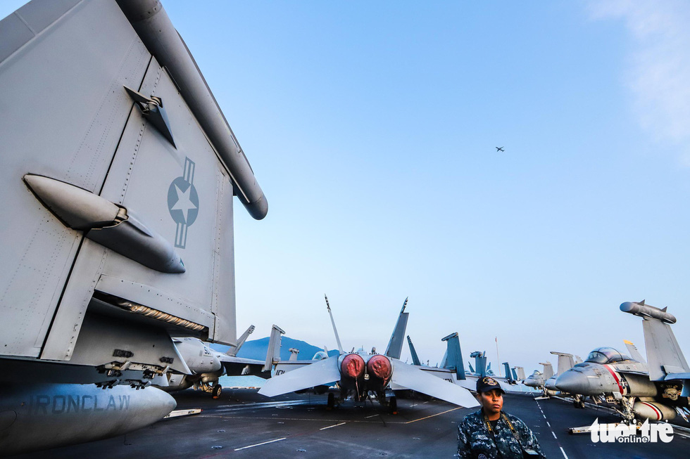 A civil airplane is seen above the USS Carl Vinson. Photo: Nguyen Khanh/Tuoi Tre