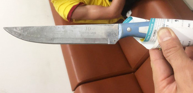 Cabbie threatens airport security guard with knife in central Vietnam