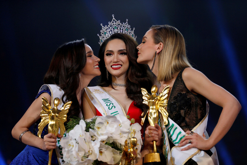 Contestant Nguyen Huong Giang of Vietnam is kissed by runner-ups as she was crowned winner of the Miss International Queen 2018 transgender beauty pageant in Pattaya, Thailand March 9, 2018. Photo: Reuters