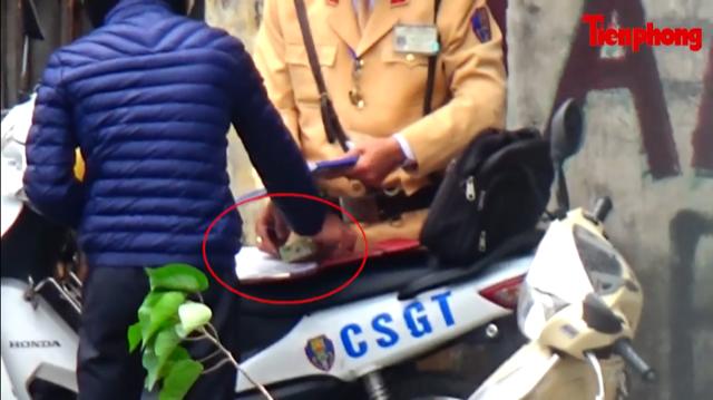 Policemen involved in taking bribes suspended in Hanoi