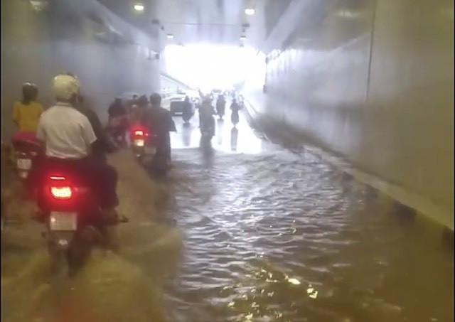 Da Nang underpass, built to welcome 2017 APEC week, inundated with unknown cause
