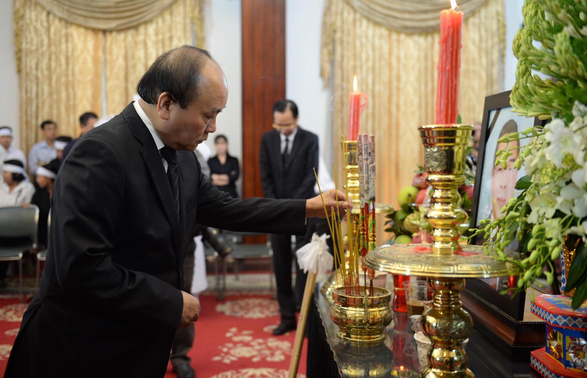 Vietnamese leaders, people attend state funeral of late premier Phan Van Khai