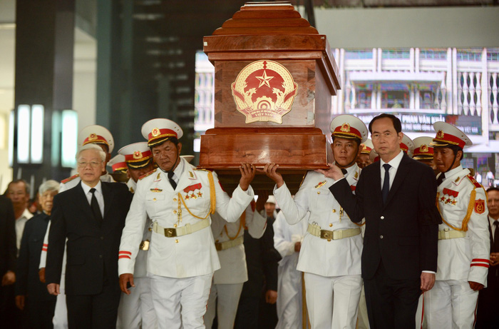 The coffin of late Prime Minister Phan Van Khai is brought out of the mail hall of the Reunification Palace in Ho Chi Minh City on March 22, 2018. Photo: Tuoi Tre
