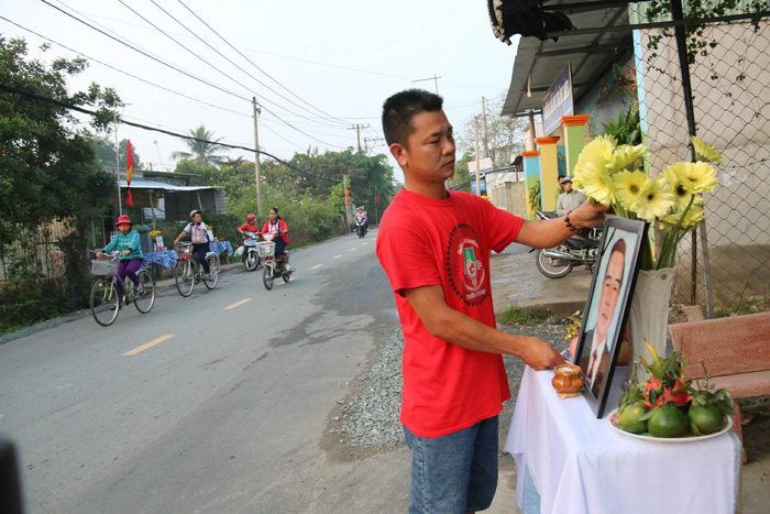 People in Cu Chi District set up altars to pay respect for the late leader.