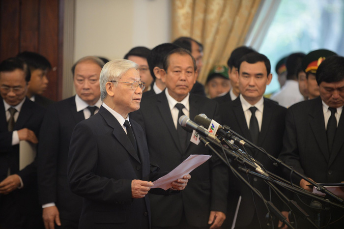 Party chief Nguyen Phu Trong reads the eulogy at the celebration of life of late PM Phan Van Khai.
