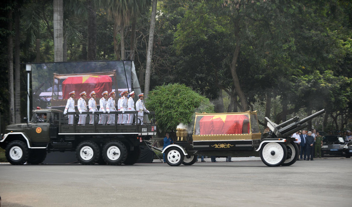 The body of PM Phan Van Khai is taken out of the Reunification Palace.