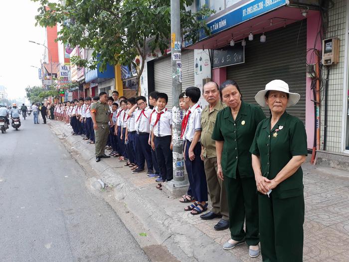 Local residents stand along the street near the Cong Hoa-Hoang Hoa Tham flyover.
