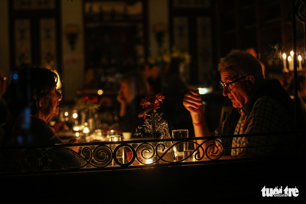 A restaurant on Trang Tien Street in Hanoi uses only candles during the Earth Hour.