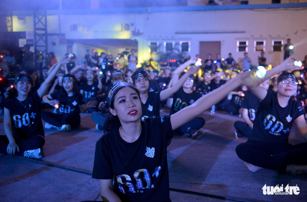 Young people participate in the Earth Hour event in Ho Chi Minh City on March 24, 2018. Photo: Tuoi Tre