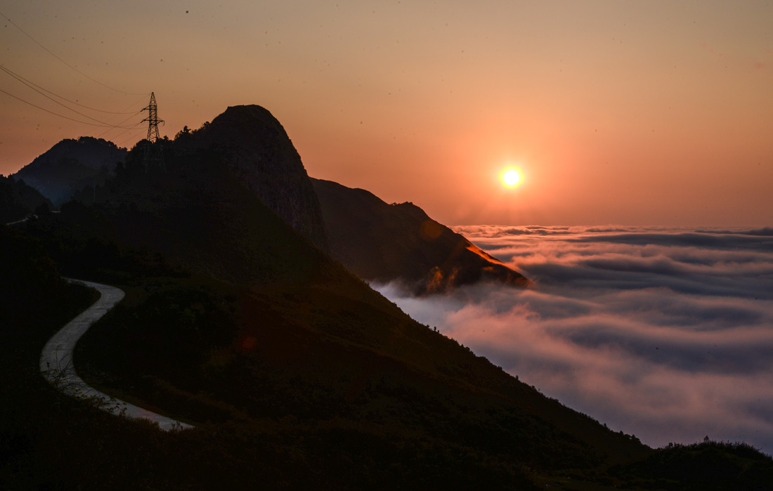 The view at the top of the mountain at dawn. Photo: Tuoi Tre