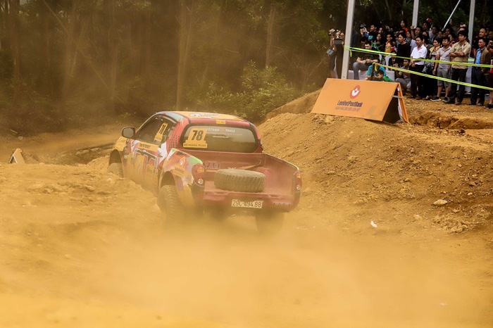 A vehicle kicks up dust on a course of Knock Out the King 2018, held in Hanoi, between March 24 and 25, 2018. Photo: Tuoi Tre