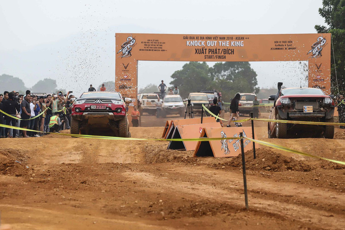 Vehicles cross the start line at Knock Out the King 2018, held in Hanoi, between March 24 and 25, 2018. Photo: Tuoi Tre