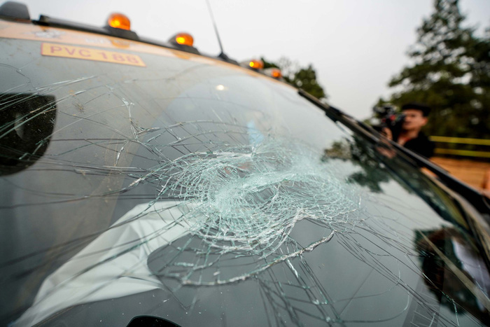 A vehicle's windshield spider-webbing with cracks following a collision at Knock Out the King 2018, held in Hanoi, between March 24 and 25, 2018. Photo: Tuoi Tre