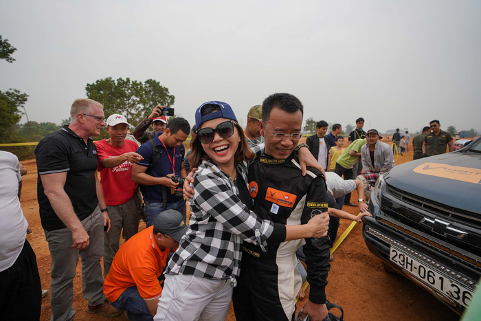 The wife of a competitor hugs him as an encouragement when his vehicle breaks down halfway at Knock Out the King 2018, held in Hanoi, between March 24 and 25, 2018. Photo: Tuoi Tre