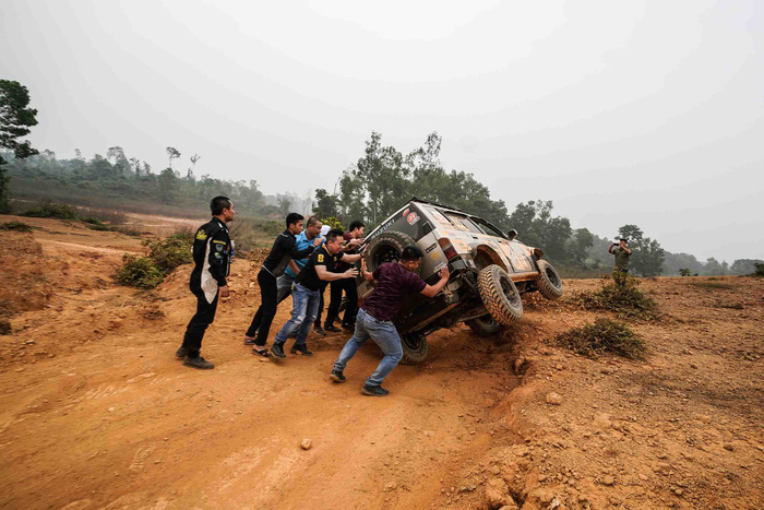 People put an overturned vehicle upright at Knock Out the King 2018, held in Hanoi, between March 24 and 25, 2018. Photo: Tuoi Tre