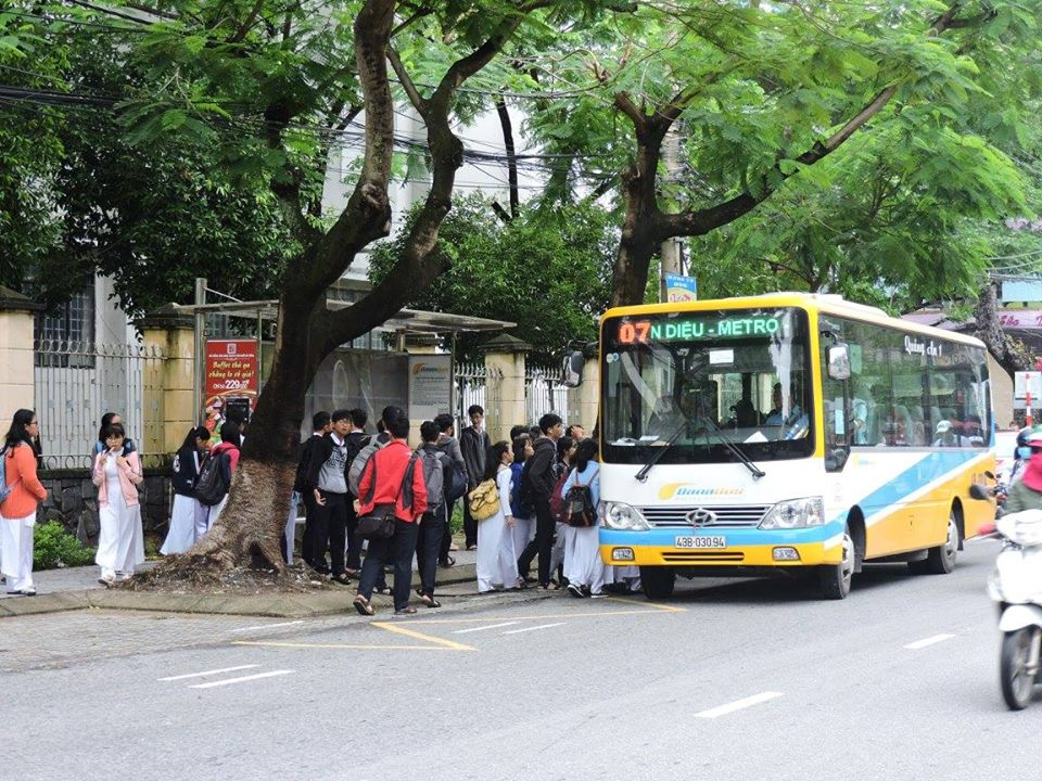 Student refused entry on Da Nang bus for paying 22-cent ticket with large banknote