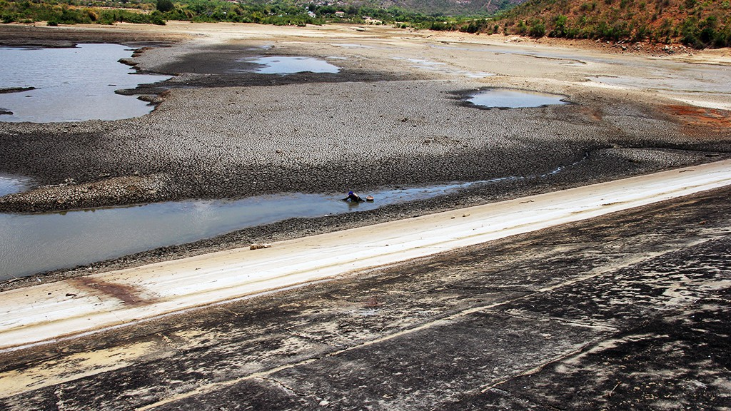 The Phuoc Nhon Lake in Phuoc Trung Commune, Bac Ai District is drying up due to severe drought.