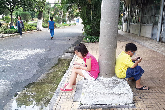 Vietnamese parents worried as children obsessed with smartphones