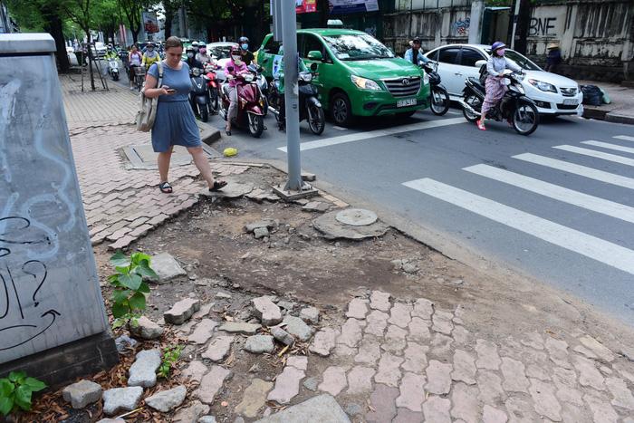 Saigon sidewalks disfigured under weight of motorcycles