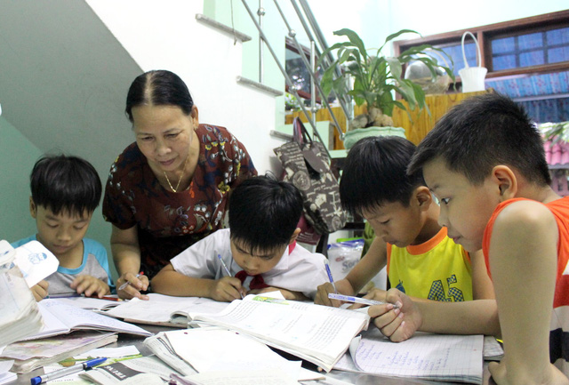 Retired Vietnamese woman dedicated to teaching poor children for free