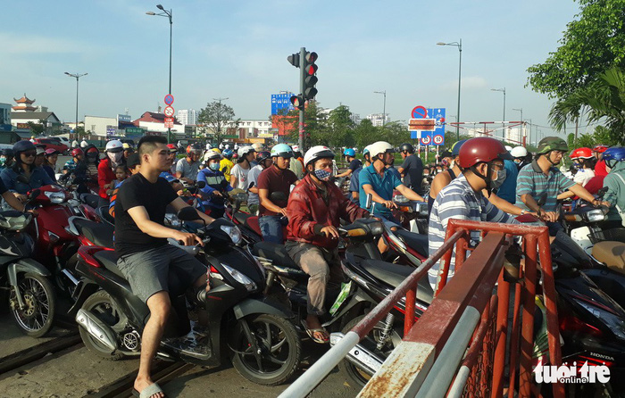 Misplaced traffic lights at level crossings imperil drivers in Ho Chi Minh City