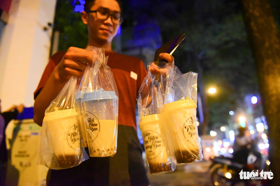 Young people willing to queue for hours to buy 'trendy' milk drink in Ho Chi Minh City