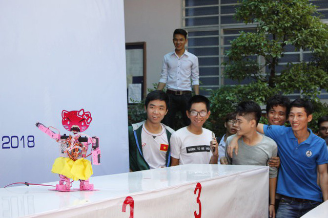 Vietnamese students' robots dance to changing music in university contest