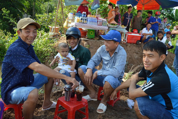 Men sit near a makeshift beverage stand to wait for the opening of the Cao Lanh Bridge in Dong Thap Province, Vietnam, May 27, 2018. Photo: Tuoi Tre