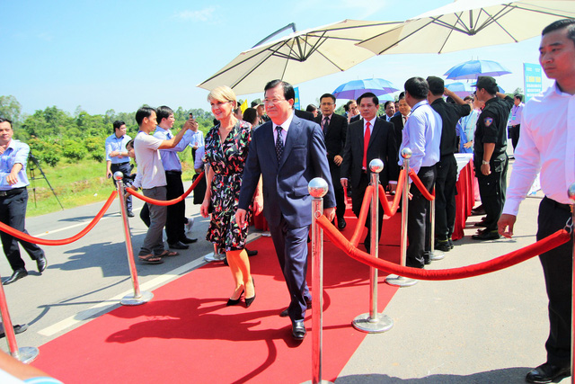 Officials step to a ribbon cutting location on the Cao Lanh Bridge in Dong Thap Province, Vietnam, May 27, 2018. Photo: Tuoi Tre