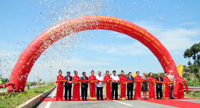 A ribbon cutting ceremony for the Cao Lanh Bridge is seen in Dong Thap Province, Vietnam, May 27, 2018. Photo: Tuoi Tre