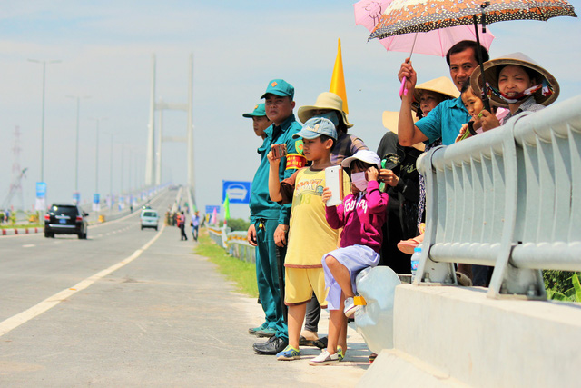 Adults and children stand on the Cao Lanh Bridge in Dong Thap Province, Vietnam, May 27, 2018. Photo: Tuoi Tre