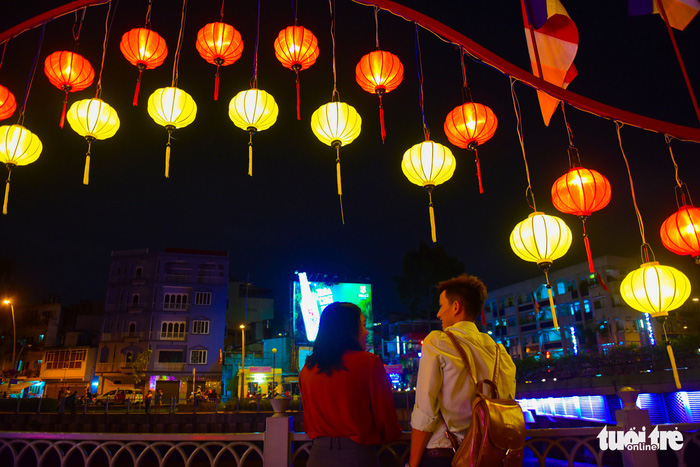A couple choose the shimmery embankment of Nhieu Loc – Thi Nghe Canal for their date. Photo: Tuoi Tre